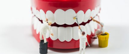 gente-trabajadores-miniatura-estan-limpiando-modelo-dientes_35570-509